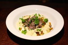 Rundvleesfilet en aardappel met gorgonzola-room royalty-vrije stock foto's