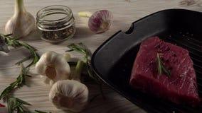 Rundvleesfilet op een pan met peper, rozemarijn, bijl en knoflook stock videobeelden