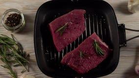 Rundvleesfilet op een pan met peper, rozemarijn en knoflook stock video