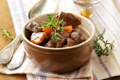 Rundvleesgoelasj (hutspot) met groenten en kruiden royalty-vrije stock foto