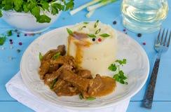 Rundvleesgoelasj met fijngestampte aardappels Stock Afbeeldingen