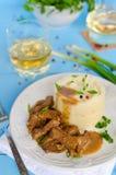 Rundvleesgoelasj met fijngestampte aardappels Stock Afbeelding