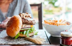 Rundvleeshamburger met geroosterde uikaas, sla Franse gebraden clos stock foto