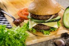 Rundvleeshamburger met kaas en groenten royalty-vrije stock afbeelding