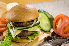 Rundvleeshamburger met kaas en groenten Royalty-vrije Stock Foto's