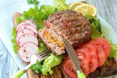 Rundvleeshamburger met wortelen wordt gevuld die Royalty-vrije Stock Foto