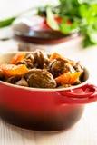 Rundvleeshutspot met wortel Stock Afbeelding