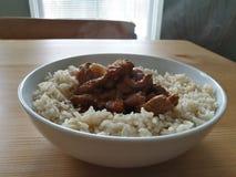 Rundvleeskerrie en Ongepelde rijst stock fotografie