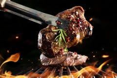 Rundvleeslapje vlees bij de grill stock afbeeldingen