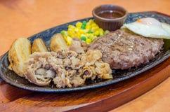 Rundvleeslapje vlees en groenten met gebraden ei Stock Afbeelding
