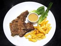 Rundvleeslapje vlees en salade in de schotel Stock Foto's