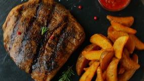 Rundvleeslapje vlees met aardappel in de schil en saus stock videobeelden