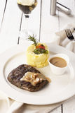 Rundvleeslapje vlees met brijaardappel en witte wijn op een witte achtergrond royalty-vrije stock afbeelding
