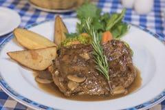 Rundvleeslapje vlees met de maaltijd van de paddestoelsaus à la carte stock afbeelding
