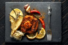 Rundvleeslapje vlees met fijngestampte aardappels, kruiden en saus stock afbeeldingen