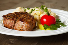 Rundvleeslapje vlees met gnocchi stock afbeeldingen