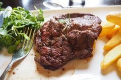 RUNDVLEESlapje vlees MET GROENTE EN FRIETENschotel royalty-vrije stock foto