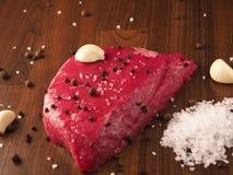 Rundvleeslapje vlees met ingrediënten Stock Foto
