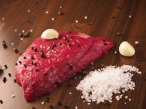 Rundvleeslapje vlees met ingrediënten Stock Foto's