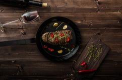 Rundvleeslapje vlees met kruiden en Spaanse pepers, productfoto Stock Foto's