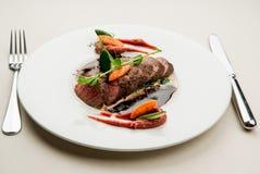 Rundvleeslapje vlees met saus Stock Afbeelding