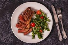 Rundvleeslapje vlees op een donkere achtergrond Stock Foto's