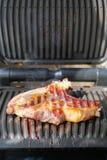 Rundvleeslapje vlees op een elektrische grill wordt gekookt die royalty-vrije stock fotografie