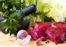 Rundvleeslapje vlees ruw met kruiden Stock Fotografie