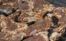 Rundvleeslapjes vlees die op BBQ koken Royalty-vrije Stock Afbeeldingen