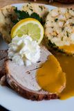 Rundvleeslendestuk met van roomsaus en Carlsbad bollen stock afbeelding