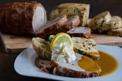 Rundvleeslendestuk met van roomsaus en Carlsbad bollen stock afbeeldingen