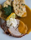 Rundvleeslendestuk met van roomsaus en Carlsbad bollen royalty-vrije stock afbeeldingen