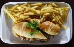 Rundvleessandwich met gebraden gerechten royalty-vrije stock afbeelding