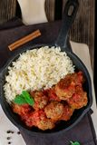 Rundvleesvleesballetjes met kaneel en munt met rijst wordt gediend die royalty-vrije stock foto