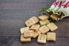 Rune antiche, borsa della tela con ricamo su vecchio fondo di legno d'annata Fuoco selettivo Fotografie Stock
