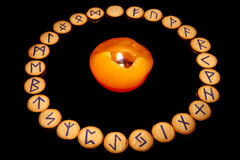 Rune intorno alla candela fotografie stock libere da diritti