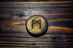 Rune Mannaz Mann ha scolpito da legno su un fondo di legno fotografia stock libera da diritti