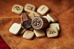 Rune op een achtergrond van ruwe suèdemunt Stock Afbeeldingen