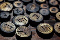 Rune scolpite da legno fotografia stock libera da diritti