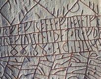 Runen am berühmten Rök-runestone, Schweden Lizenzfreie Stockfotos