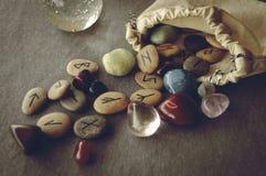 Runen en tarotkaarten Stock Afbeeldingen