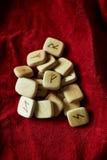 Runen op een achtergrond van ruwe suèdemunt Stock Afbeeldingen