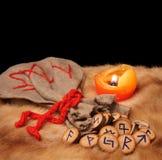 Runen, Tasche und Kerze mit Exemplarplatz Lizenzfreies Stockfoto