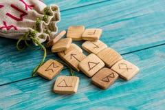 Runes antiques, sac de toile avec la broderie sur le fond en bois de vieux vintage Foyer sélectif Image libre de droits