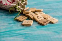 Runes antiques, sac de toile avec la broderie sur le fond en bois de vieux vintage Foyer sélectif Photo libre de droits