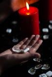 Runes dans la main de la sorcière Images libres de droits