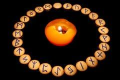 Runes em torno da vela Fotos de Stock Royalty Free