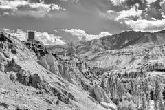 Ruïnes en Basgo-Klooster met stenen en rotsen, Ladakh wordt omringd die Royalty-vrije Stock Foto's