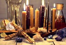 Runes en bois, herbes de guérison, bougies noires et blanches et livre de journal intime la vie de napkinStill de dentelle avec l image stock