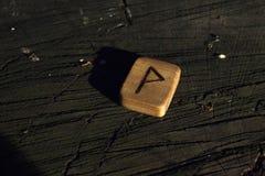 Runes en bois sur le tron?on photos libres de droits